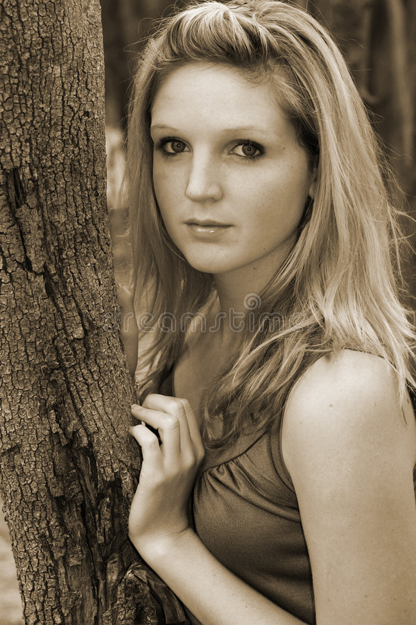 Download νεολαίες γυναικών στοκ εικόνα. εικόνα από δέντρο, σέπια - 100689