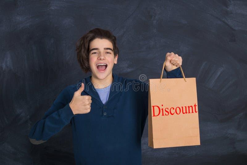 Νεολαίες με την τσάντα αγορών στοκ εικόνες