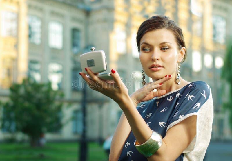 νεολαίες πορτρέτου γυναικείων καθρεφτών στοκ εικόνες