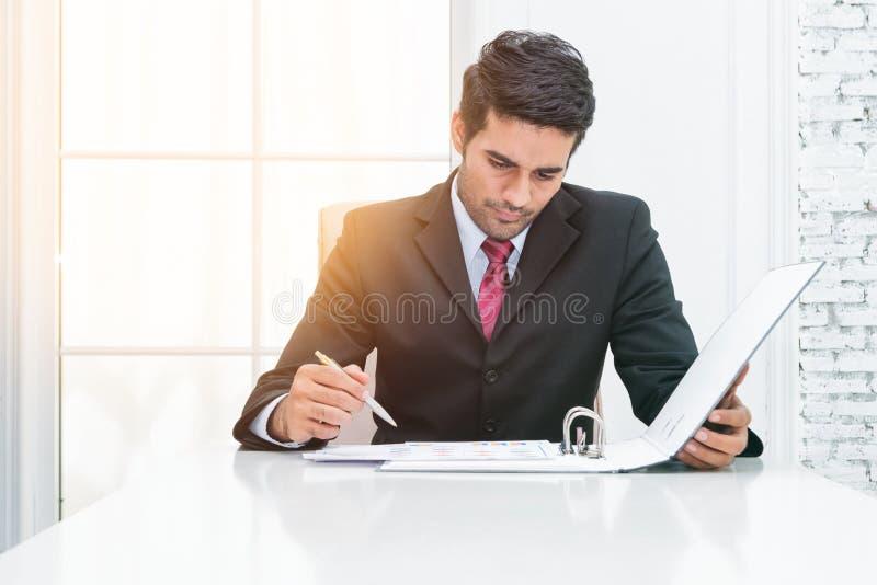 Νεολαίες του επιχειρηματία που υπογράφουν το έγγραφο συμβάσεων στοκ εικόνα