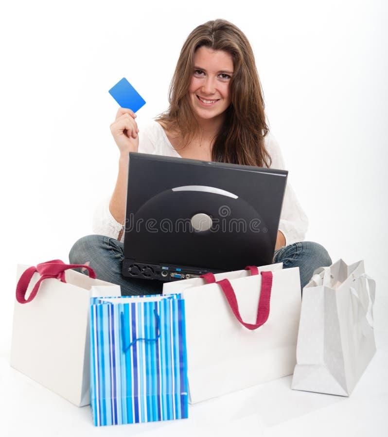 νεολαίες brunette ψωνίζοντας on-line στοκ εικόνα με δικαίωμα ελεύθερης χρήσης