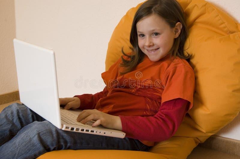 νεολαίες lap-top κοριτσιών στοκ φωτογραφία