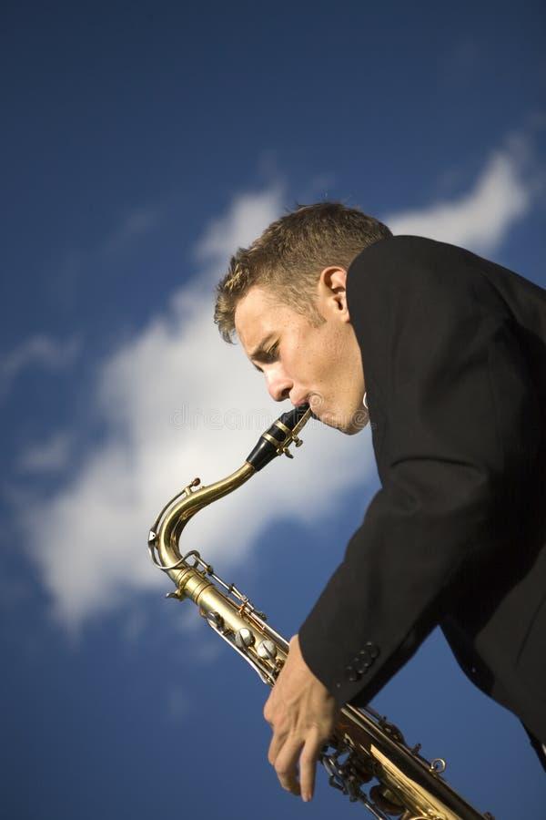 νεολαίες saxophone φορέων στοκ φωτογραφία με δικαίωμα ελεύθερης χρήσης