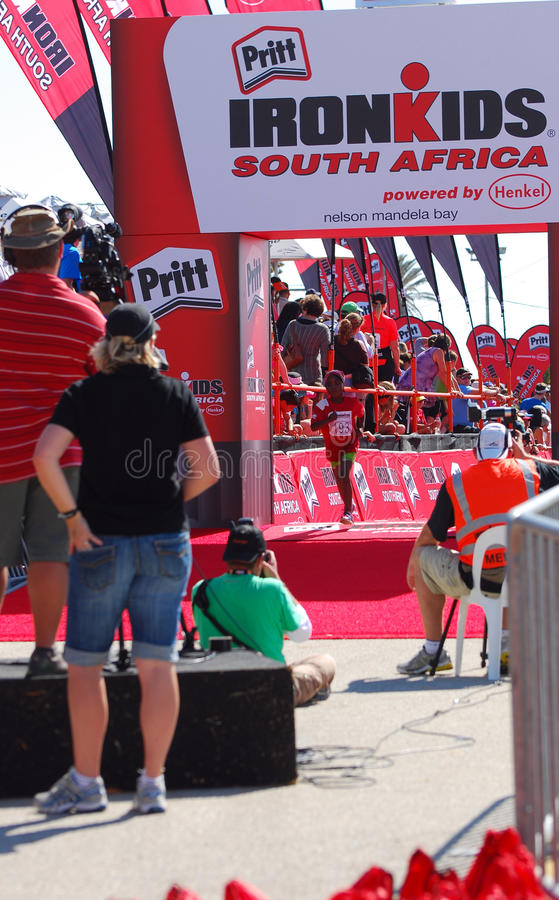 Αθλητής Ironkids στη γραμμή τερματισμού στοκ εικόνα