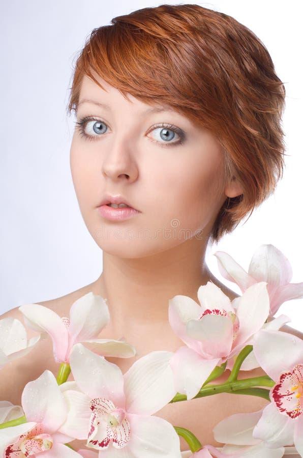 νεολαίες γυναικών λουλουδιών προσώπου ομορφιάς στοκ φωτογραφία