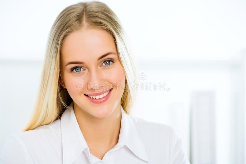 νεολαίες επιχειρησιακών χαμογελώντας γυναικών στοκ φωτογραφίες