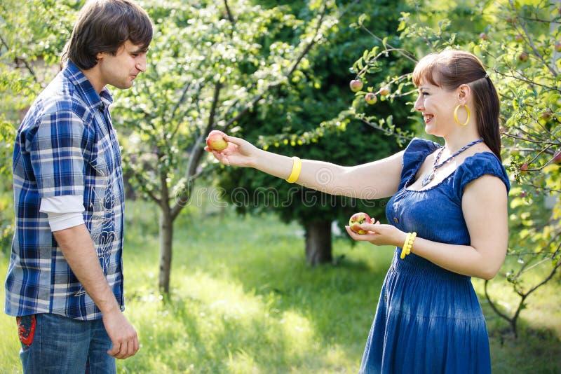 νεολαίες κήπων ζευγών στοκ εικόνα με δικαίωμα ελεύθερης χρήσης
