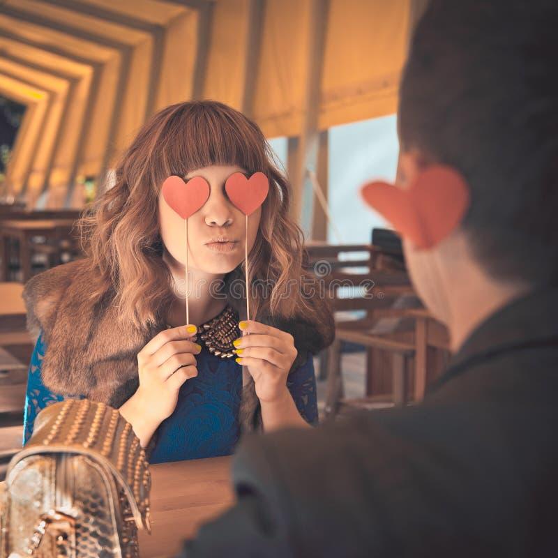 Νεολαίες που φιλούν την ευτυχή ερωτευμένη συνεδρίαση ζευγών στον καφέ στοκ φωτογραφία με δικαίωμα ελεύθερης χρήσης