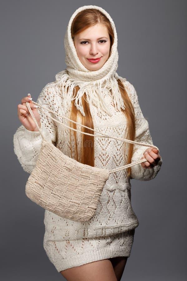 Νεολαίες που χαμογελούν την όμορφη μοντέρνη ξανθή γυναίκα στο άσπρο πλεκτό Sc στοκ φωτογραφίες