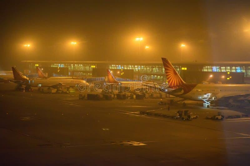ΝΕΟ ΔΕΛΧΊ, ΙΝΔΙΑ - 11 ΝΟΕΜΒΡΊΟΥ 2017: Αεροπλάνα στον αερολιμένα της Ίντιρα Γκάντι στοκ εικόνα