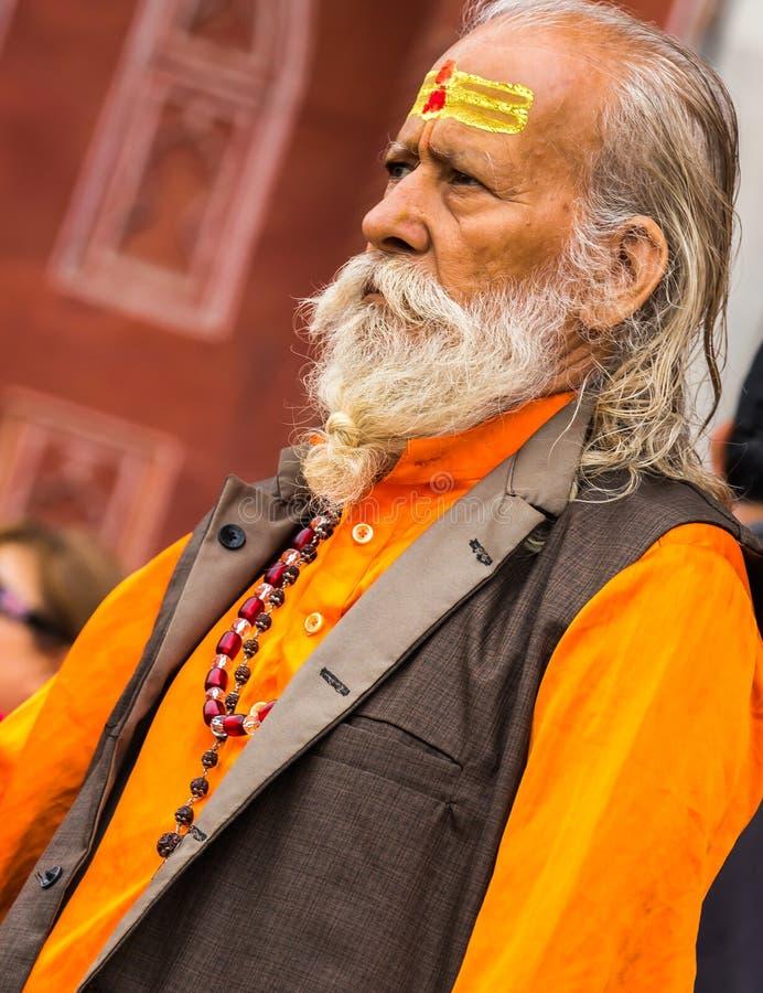 ΝΕΟ ΔΕΛΧΊ - ΙΝΔΙΑ - 14 Φεβρουαρίου 2019 - ινδικό Sadu ή το ιερό άτομο κάνει μια επίσκεψη στο Taj Mahal στοκ εικόνες
