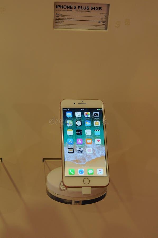 ΝΕΟ IPHONE 8PLUS ΣΤΗΝ ΕΠΊΔΕΙΞΗ ΣΤΗΝ ΚΟΠΕΓΧΆΓΗ στοκ εικόνες με δικαίωμα ελεύθερης χρήσης