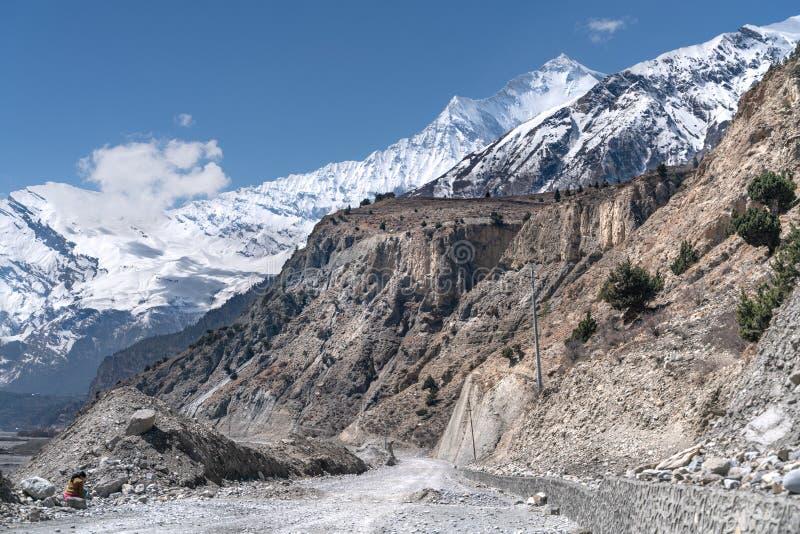 Νεπάλ Η άποψη σχετικά με τη διαδρομή ιχνών Annapurna Η άποψη σχετικά με την αιχμή Dhaulagiri στοκ εικόνα