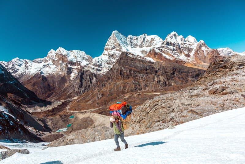 Νεπαλικό φέρνοντας καλάθι αχθοφόρων με τις αποσκευές της αποστολής βουνών στοκ φωτογραφίες με δικαίωμα ελεύθερης χρήσης