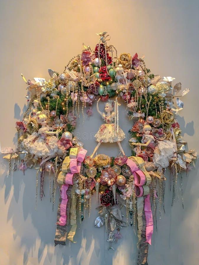 Νεράιδες στο στεφάνι Χριστουγέννων Ρομαντικό στεφάνι Χριστουγέννων και εμφάνισης με τις σφαίρες, λουλούδια, νεράιδες στις σκιές κ στοκ εικόνες με δικαίωμα ελεύθερης χρήσης