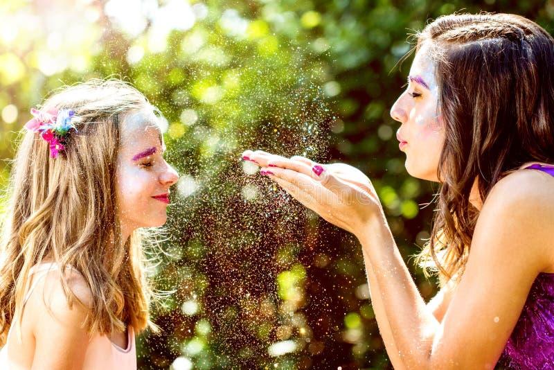 Νεράιδα που φυσά τις μαγικές σκόνες στο κορίτσι στοκ φωτογραφίες με δικαίωμα ελεύθερης χρήσης