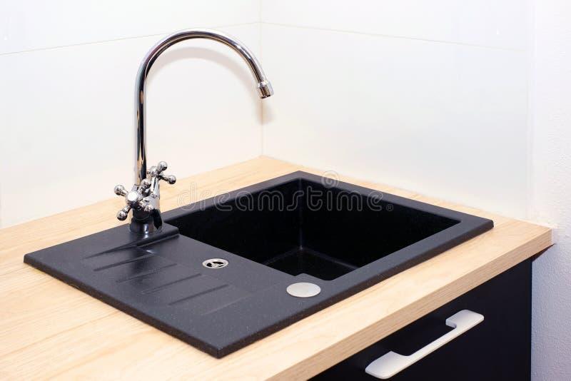 Νεροχύτης κουζινών και κρουνός στην κουζίνα σε ένα σύγχρονο διαμέρισμα Εσωτερικές συσκευές στοκ φωτογραφία με δικαίωμα ελεύθερης χρήσης