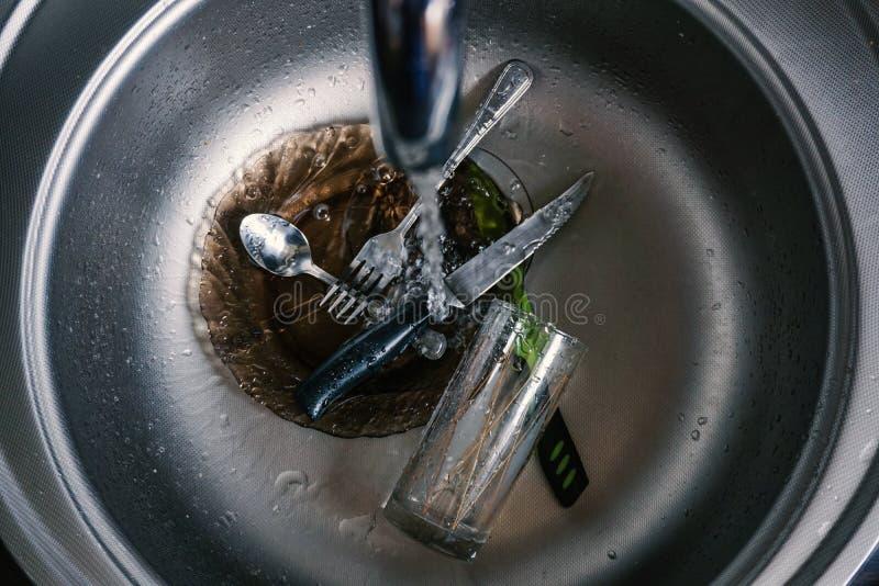 Νεροχύτης κουζινών με τα βρώμικα δοχεία, ρέοντας βρύση στοκ φωτογραφίες