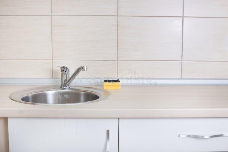 Νεροχύτης κουζινών με το σφουγγάρι στοκ φωτογραφία με δικαίωμα ελεύθερης χρήσης