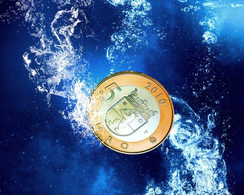 Νεροχύτης νομισμάτων στο νερό απεικόνιση αποθεμάτων