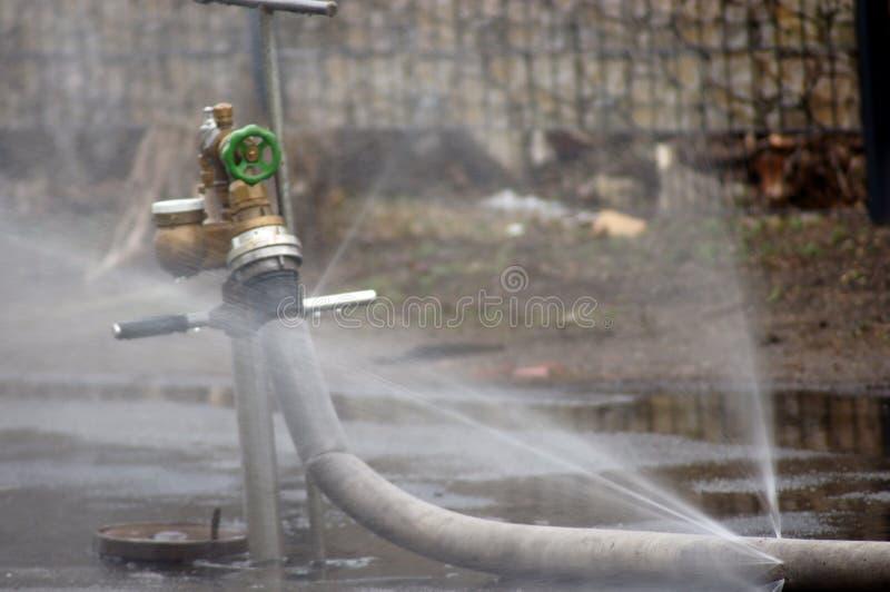 Νερό από το στόμιο υδροληψίας στοκ εικόνες
