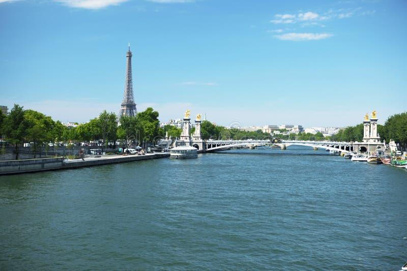Νερό και πόλη Παρίσι, Γαλλία, τοπίο, φωτεινός θερινός καιρός στοκ εικόνα με δικαίωμα ελεύθερης χρήσης
