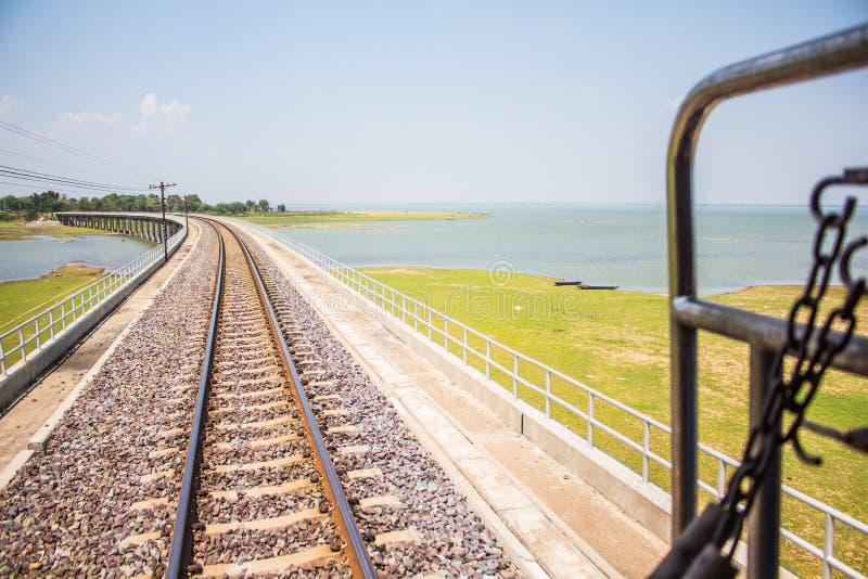 Νερό καταστημάτων φραγμάτων στους σιδηροδρόμους Ταϊλάνδη στοκ φωτογραφίες με δικαίωμα ελεύθερης χρήσης