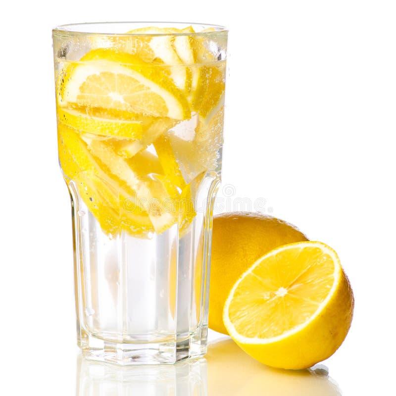 Νερό λεμονιών λεμονάδας γυαλιού με το λεμόνι στοκ φωτογραφία