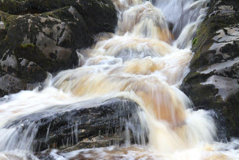 Νερό πέρα από τους βράχους στοκ εικόνες