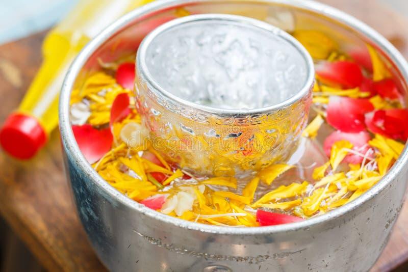 Νερό που αναμιγνύεται με το ζωηρά λουλούδι και τα τριαντάφυλλα για το φεστιβάλ Songkran της Ταϊλάνδης στοκ εικόνα