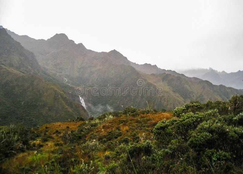 Νερό που διασχίζει τα βουνά στοκ εικόνες με δικαίωμα ελεύθερης χρήσης