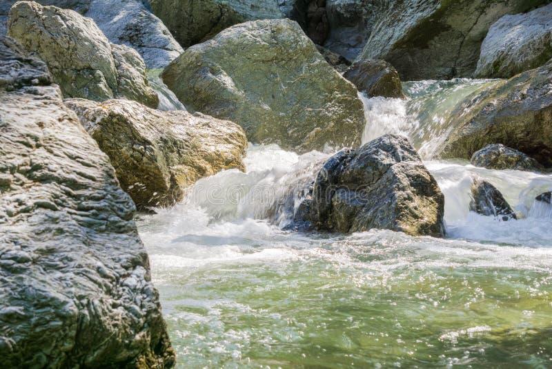 Νερό που πέφτει απότομα μέσω των μεγάλων βράχων, λίγη περιοχή Yosemite, περιφερειακή αγριότητα Sunol, περιοχή κόλπων του Σαν Φραν στοκ εικόνα
