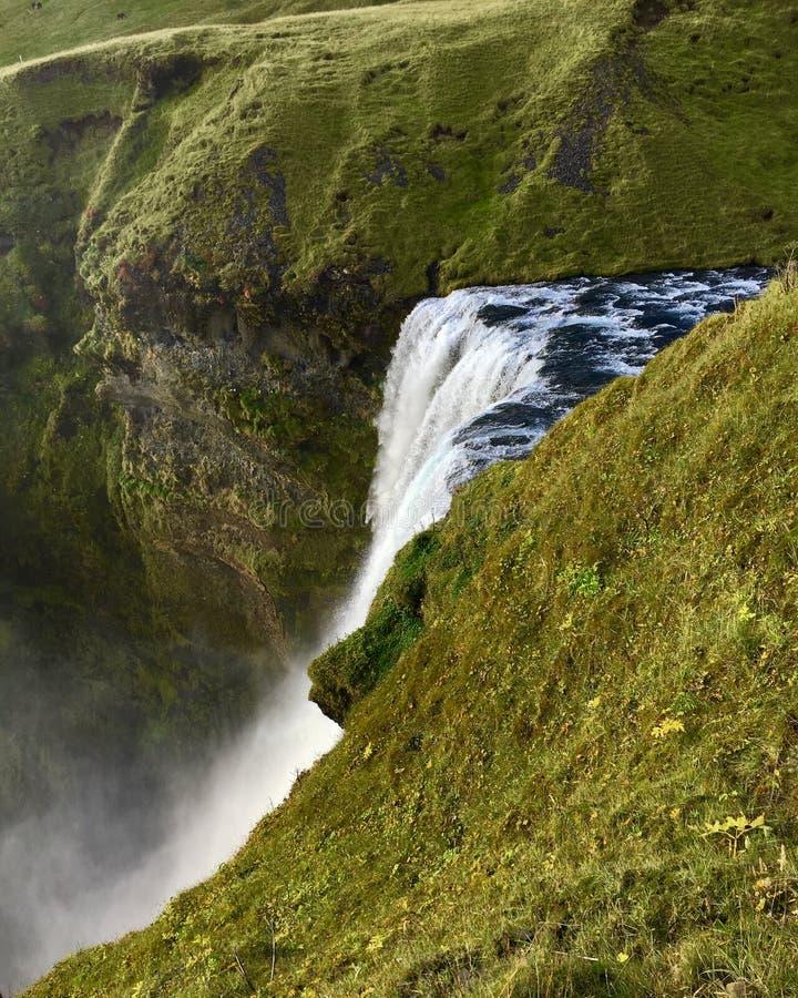 Νερό που πέφτει πέρα από την άκρη - Skogafoss, Ισλανδία στοκ φωτογραφίες με δικαίωμα ελεύθερης χρήσης