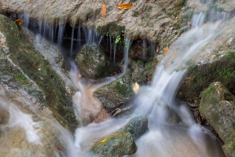 Νερό που πλημμυρίζουν στους βράχους στοκ εικόνα