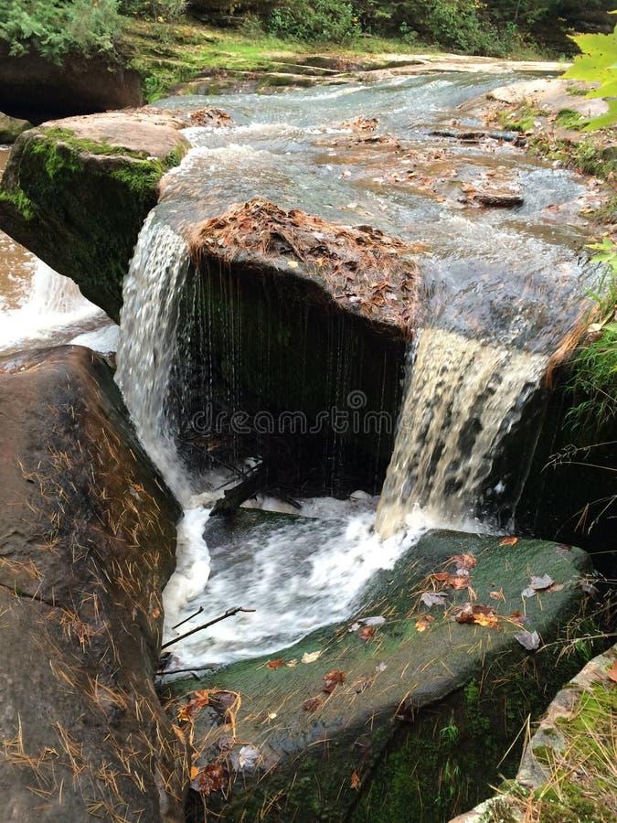 Νερό που ρέει αργά μακριά στοκ εικόνες με δικαίωμα ελεύθερης χρήσης