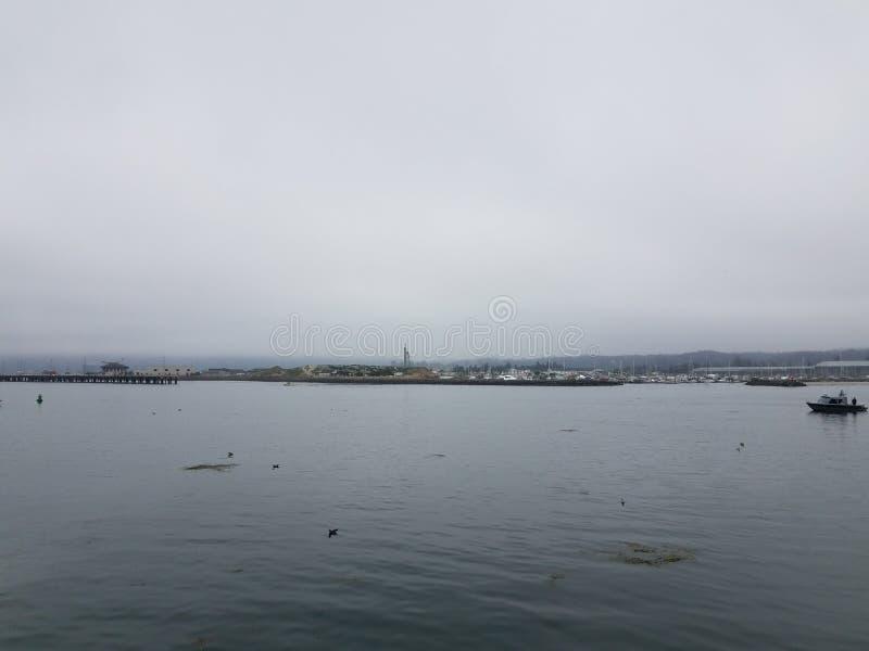 Νερό σε έναν κόλπο και τις βάρκες και αποβάθρες στο Νιούπορτ, Όρεγκον στοκ φωτογραφία με δικαίωμα ελεύθερης χρήσης