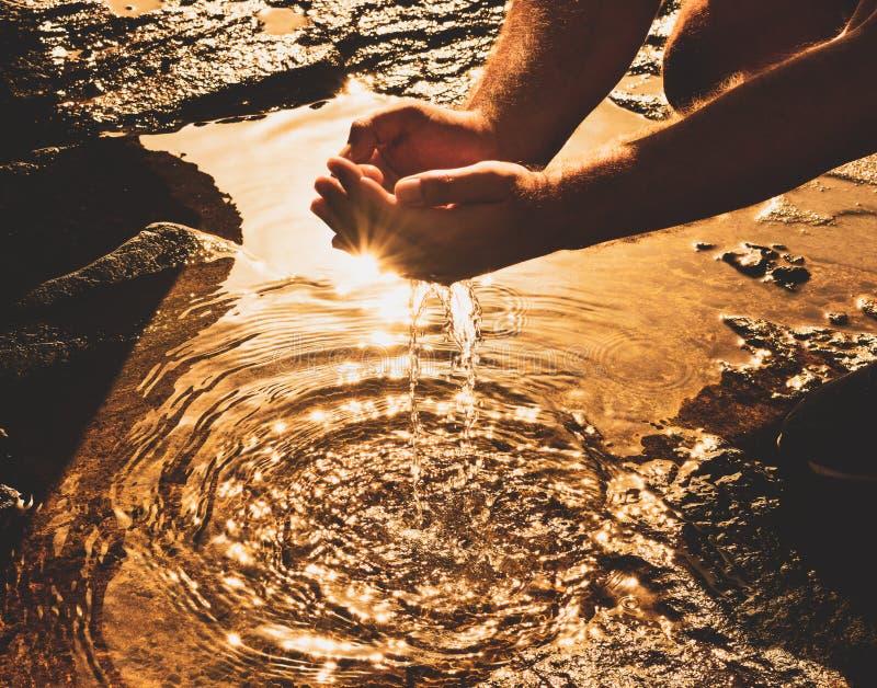 Νερό στα χέρια στοκ εικόνα