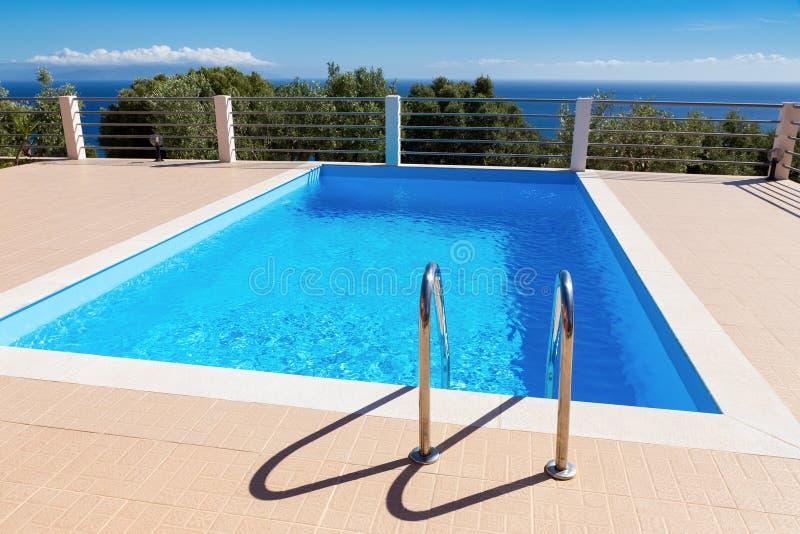 Νερό στην μπλε πισίνα κοντά στη θάλασσα στην Ελλάδα στοκ φωτογραφίες με δικαίωμα ελεύθερης χρήσης