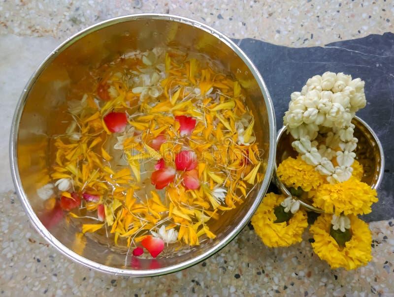 Νερό στο κύπελλο που αναμιγνύεται με το άρωμα και τα λουλούδια, φεστιβάλ Songkran στην Ταϊλάνδη, ταϊλανδική παραδοσιακή jasmine γ στοκ φωτογραφίες
