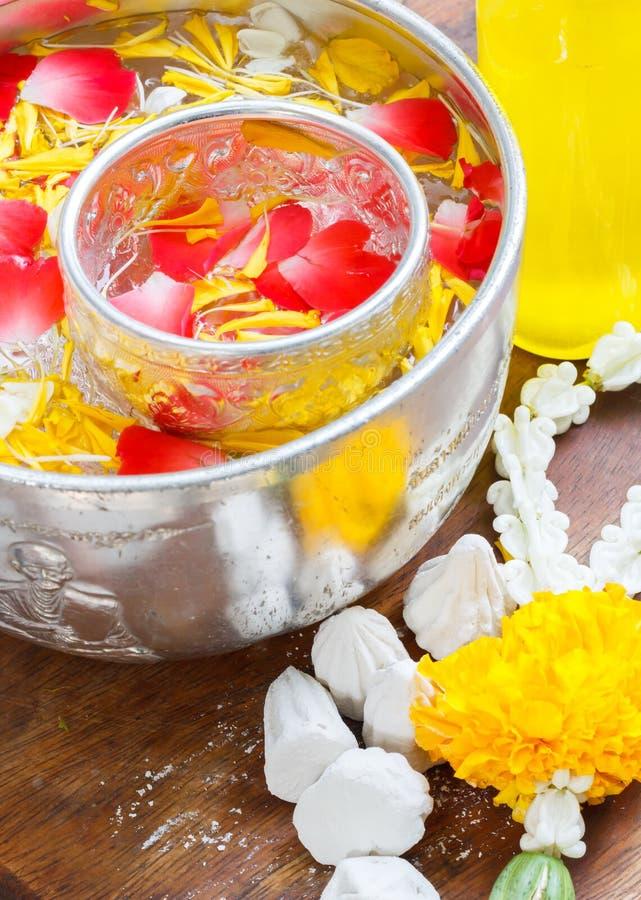 Νερό στο κύπελλο που αναμιγνύεται με το άρωμα και το ζωηρό corolla λουλουδιών, φεστιβάλ Songkran της Ταϊλάνδης στοκ φωτογραφίες με δικαίωμα ελεύθερης χρήσης