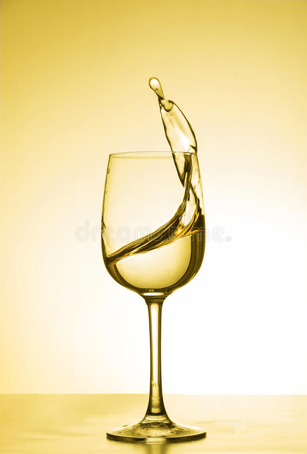 Νερό στροβίλου και κίτρινο φως στοκ φωτογραφία