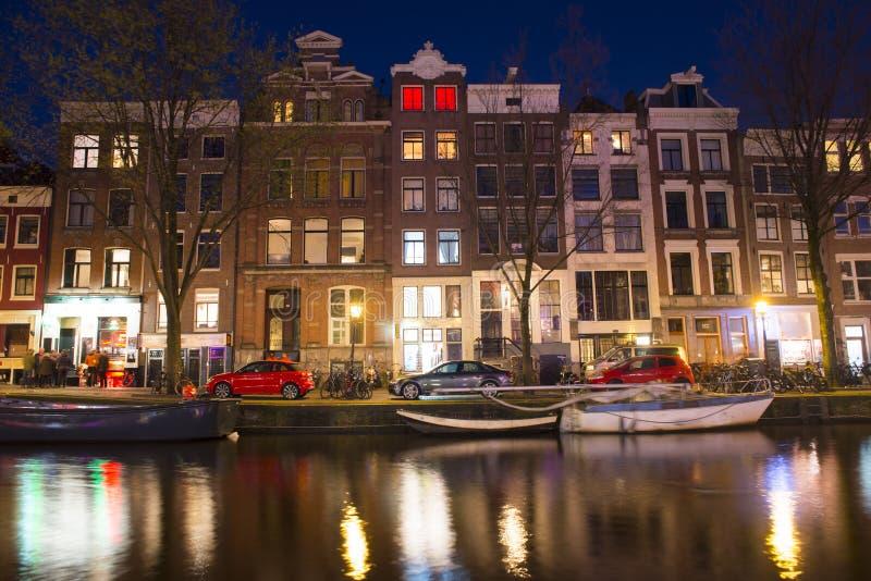 Νερό του καναλιού μπροστά από τα παραδοσιακά ολλανδικά σπίτια στο Άμστερνταμ, Κάτω Χώρες, στις 23 Μαρτίου 2019 στοκ εικόνες