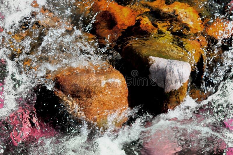 Νερό, όμορφες πέτρες, φύση, Κιργιστάν στοκ εικόνες με δικαίωμα ελεύθερης χρήσης