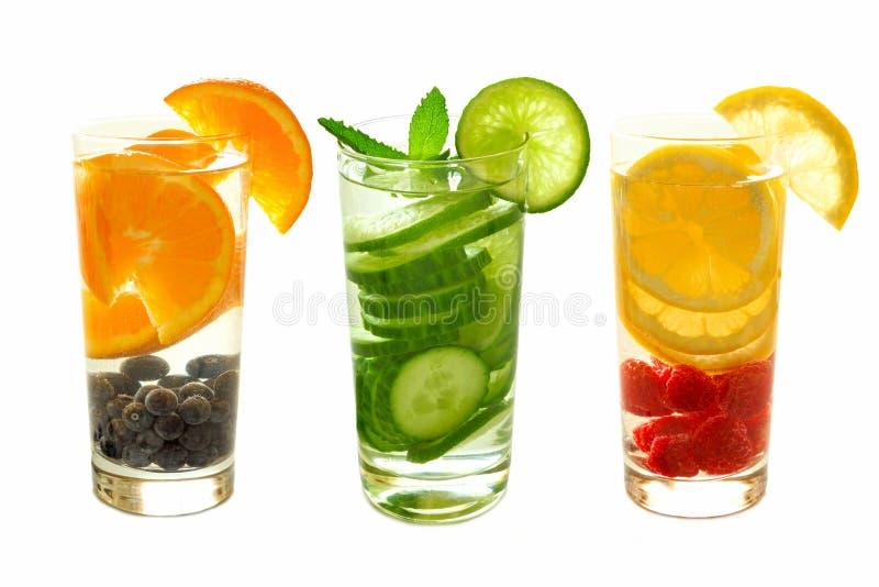 Νερό Detox με τα φρούτα στα γυαλιά που απομονώνονται στο λευκό στοκ φωτογραφία