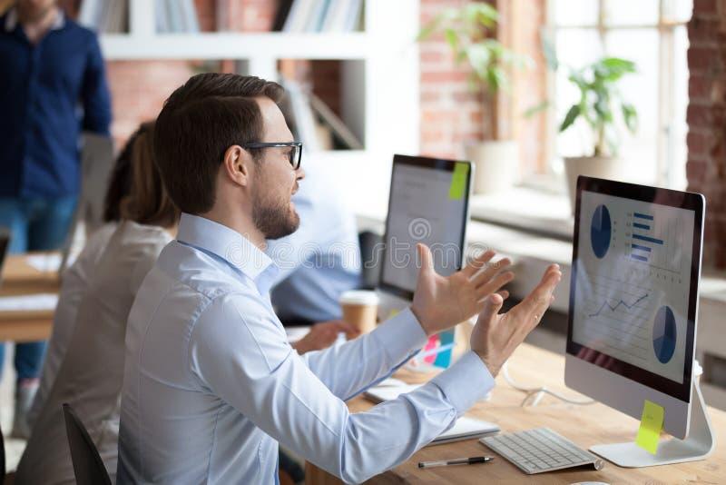 Νευρικό αρσενικό υπαλλήλων για το πρόβλημα υπολογιστών στοκ φωτογραφία με δικαίωμα ελεύθερης χρήσης