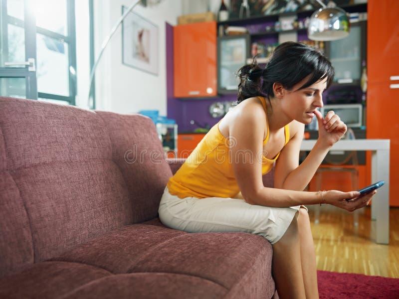 Νευρικό κινητό τηλέφωνο εκμετάλλευσης γυναικών στοκ φωτογραφία με δικαίωμα ελεύθερης χρήσης