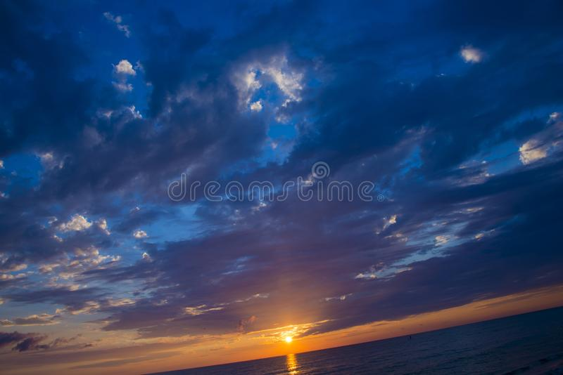 Νεφελώδες ηλιοβασίλεμα πέρα από τον ωκεανό στοκ εικόνα με δικαίωμα ελεύθερης χρήσης