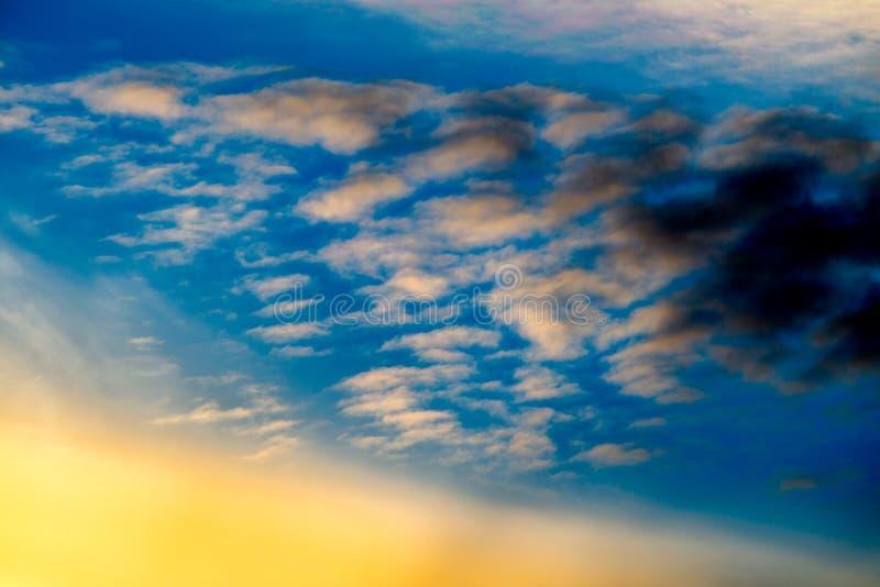 νεφελώδες ηλιοβασίλε&mu στοκ εικόνες με δικαίωμα ελεύθερης χρήσης