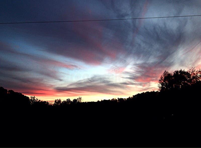 νεφελώδες ηλιοβασίλε&mu στοκ εικόνα με δικαίωμα ελεύθερης χρήσης