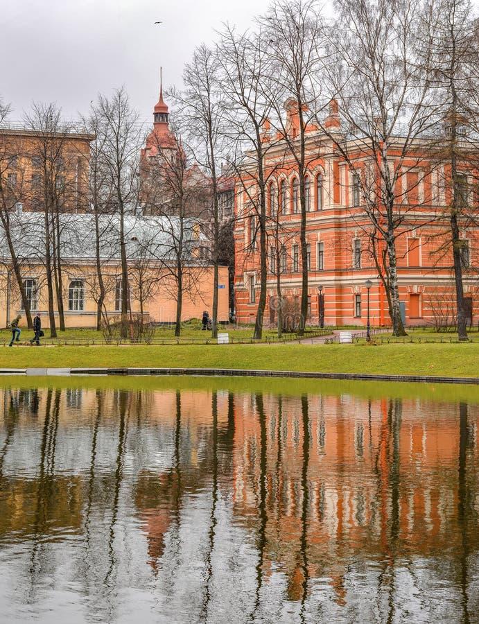 Νεφελώδης βροχερή ημέρα στον κήπο Yusupov Ρωσία Άγιος-Πετρούπολη στοκ εικόνες